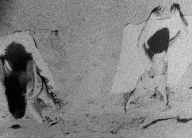 Carmen y una amiga en la playa, Litoral Central, 1974.