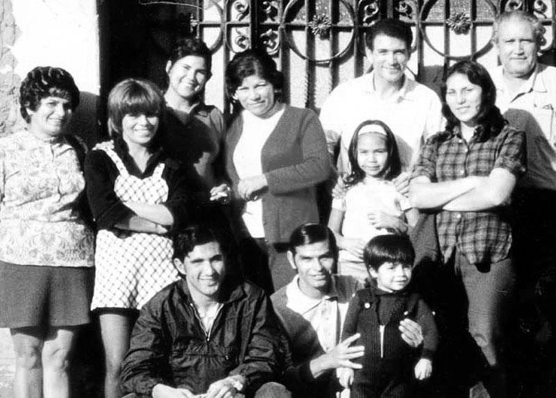 Catalina  con sus cuñadas,  Rolando  sentado con un niño, un sobrino. El de chaqueta es Roberto Gallardo, la niña es Viviana Gallardo. El que está detrás, es el padre de Viviana, junto a ella Isabel Gallardo, y el hombre mayor es  Alberto Gallardo.