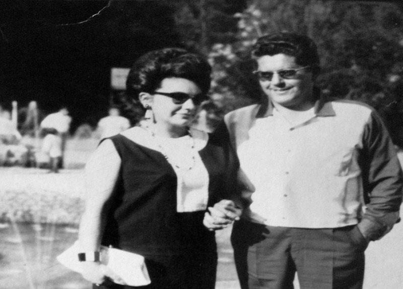 René y Shony en la estación de ferrocarriles, Paine año 1968.