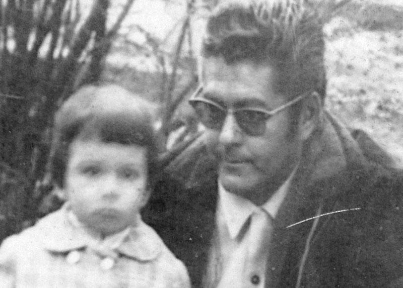 René junto a su sobrina Marcela, durante un paseo en la Plaza de Armas de Buin, año 1972.