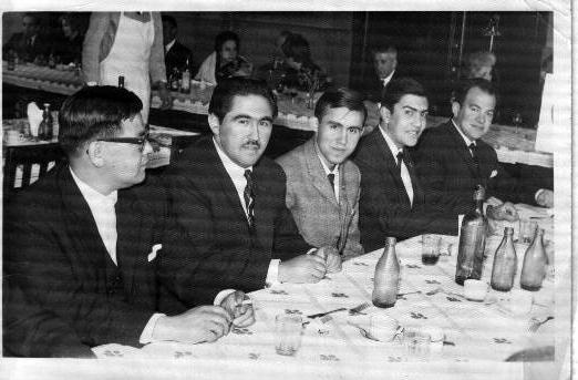 Al centro Mario y al costado derecho su hermano Jaime en la premiación de ex alumnos destacados del INBA, año 1962.