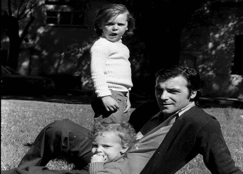 Patricio, Sebastián y Nicolás en plaza de Buenos Aires, abril de 1975.
