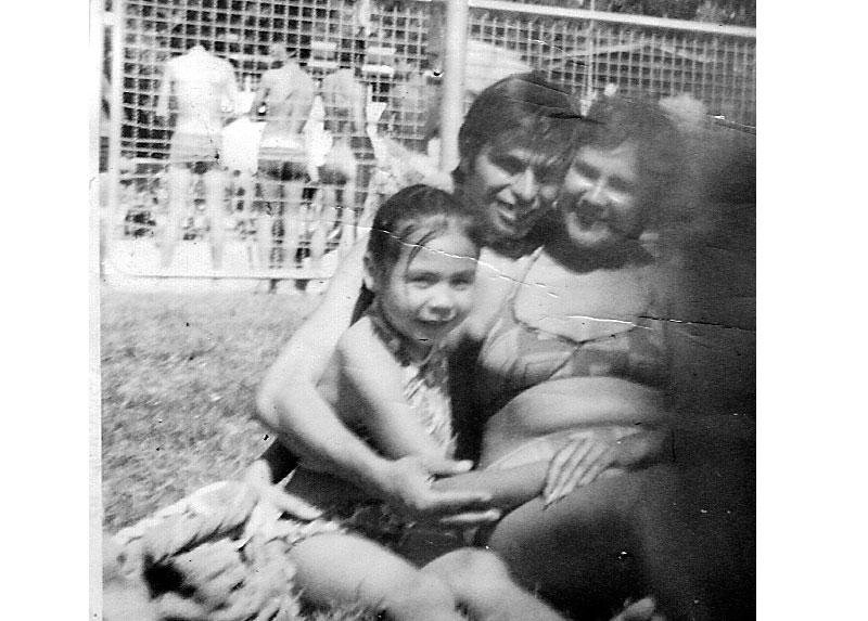 Caty, Rolando y  Viviana en una piscina en Maipú, años  '70.
