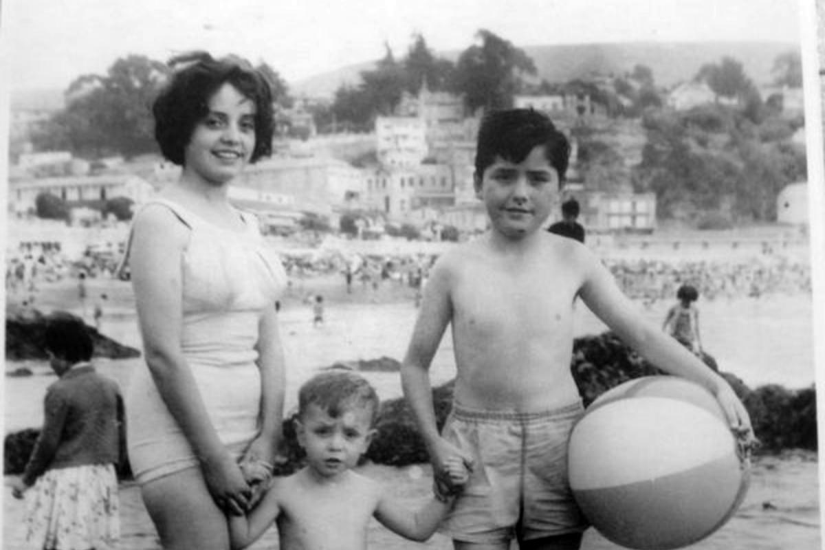 Exequiel, alrededor de los 10 años, veraneando en la playa junto a dos de   sus hermanos.