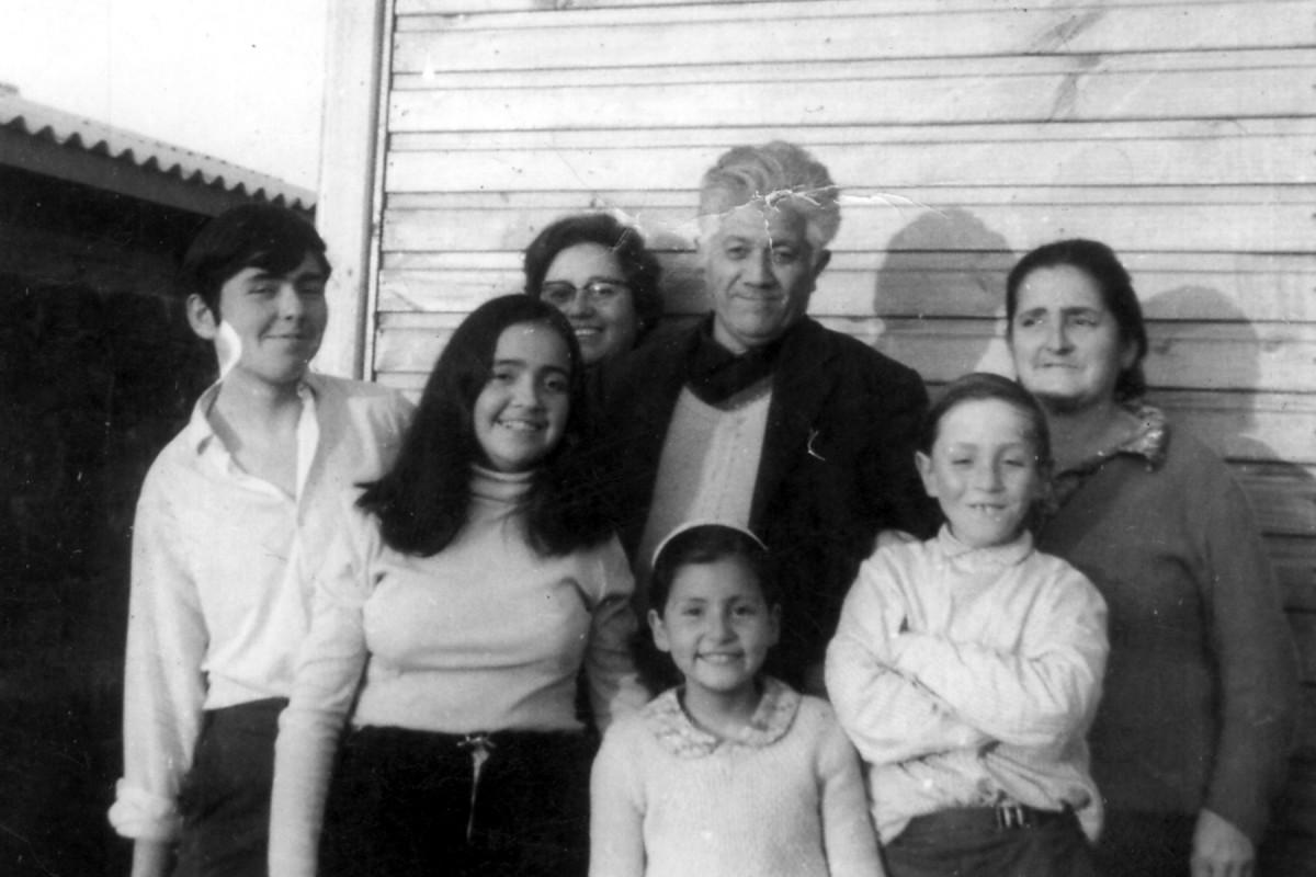 Exequiel, alrededor de los 17 años, junto a sus padres, hermanas y hermanos. Casa de  Barrancas.