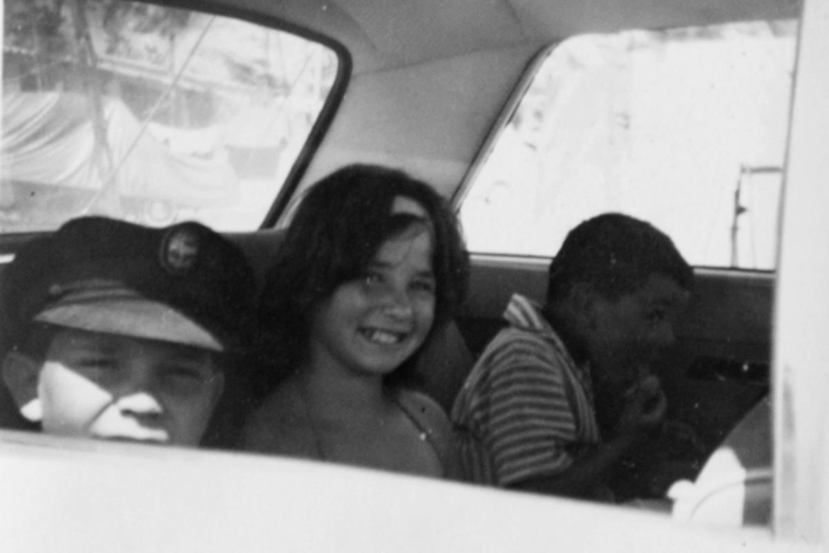 Enrique (izquierda) y su herman@s  Isabel  y Max, en el auto de su papá Enrique Ropert Gallet. Francia, 1961.