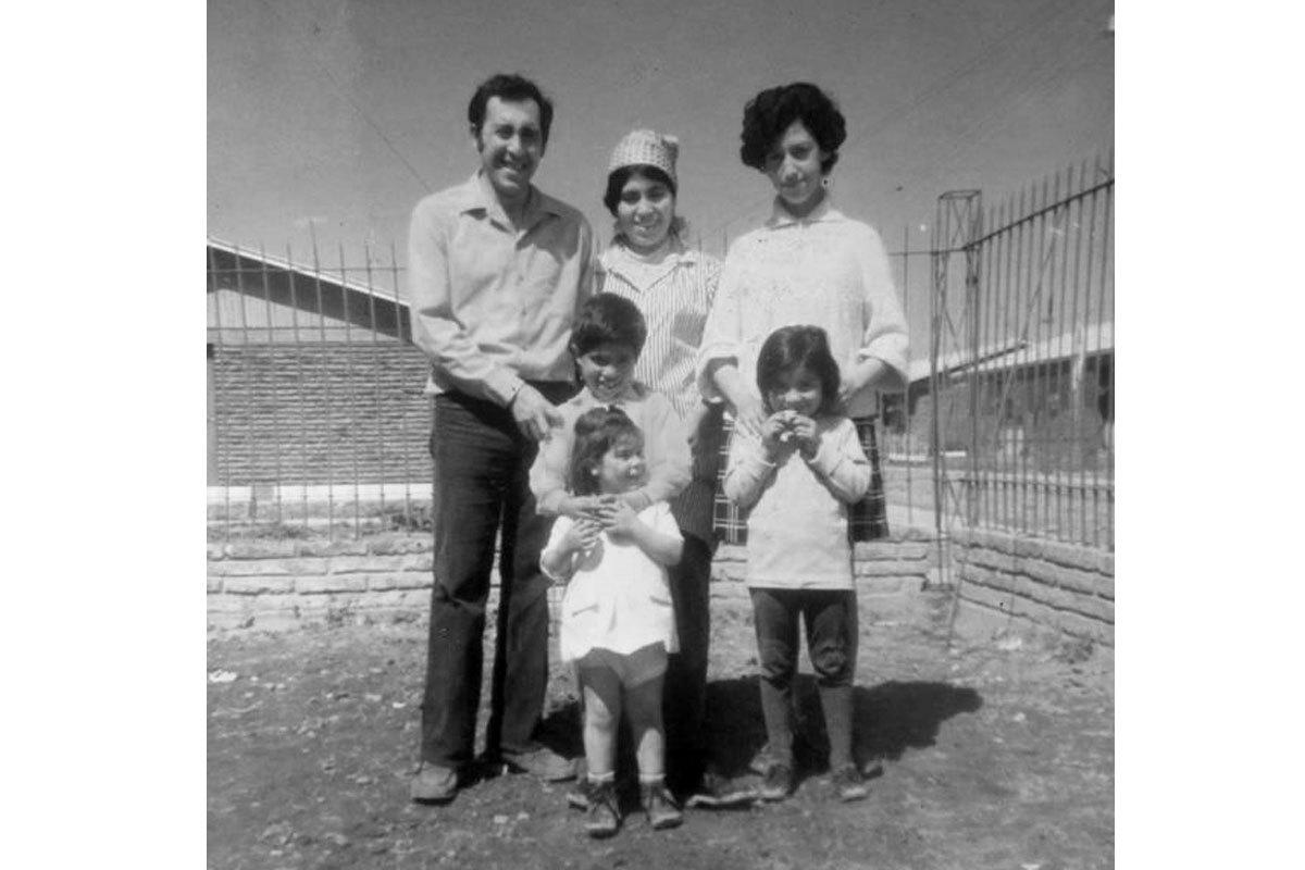 Inicio de la construcción de su casa en La Granja, en 1970. Plutarco, su esposa Mireya, su cuñada Miriam; su hijo Enrique, sus hijas Carolina y Gisela.