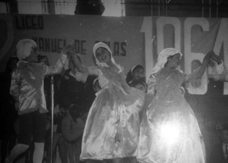 María Inés bailando en un acto del aniversario del Liceo (a la izquierda), 1964.