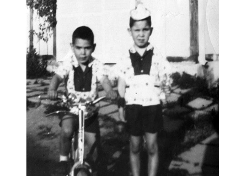 Enrique (a la derecha)  y su hermano Max en Chile antes de partir a Francia.
