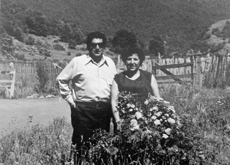 """María con su esposo Zenón, en el patio de la escuela """"Gabriela Petterman"""", de Casas de Chilpaco. 1968"""