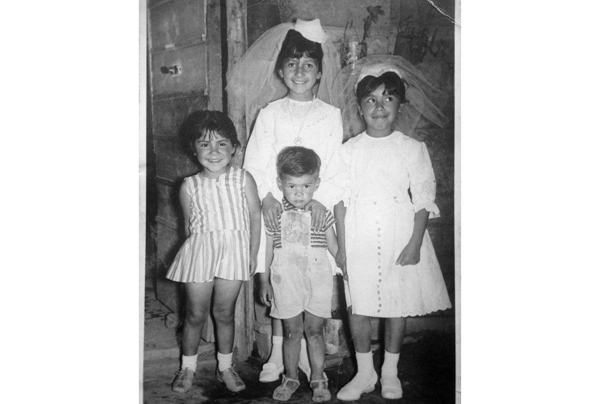 Marisol (la primera a la izquierda), a los cuatro años en la primera comunión de su vecina Nora, en La Pintana, 1966.