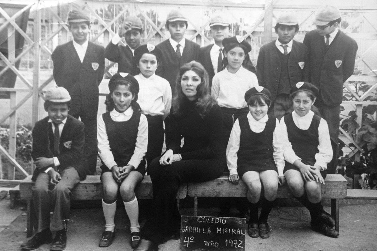Marisol (primera a la izquierda al lado de la profesora), en la foto de cuarto año con su curso.  Colegio Gabriela Mistral, La Granja, 1972.