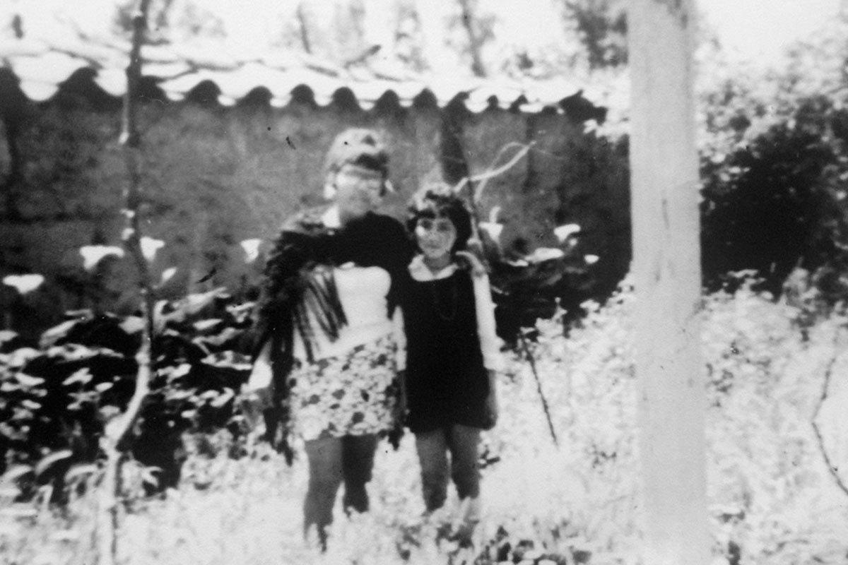 Marisol a los doce años y su mamá, Olga, en la casa de su tía Olivia en Quinta Normal, 1974.