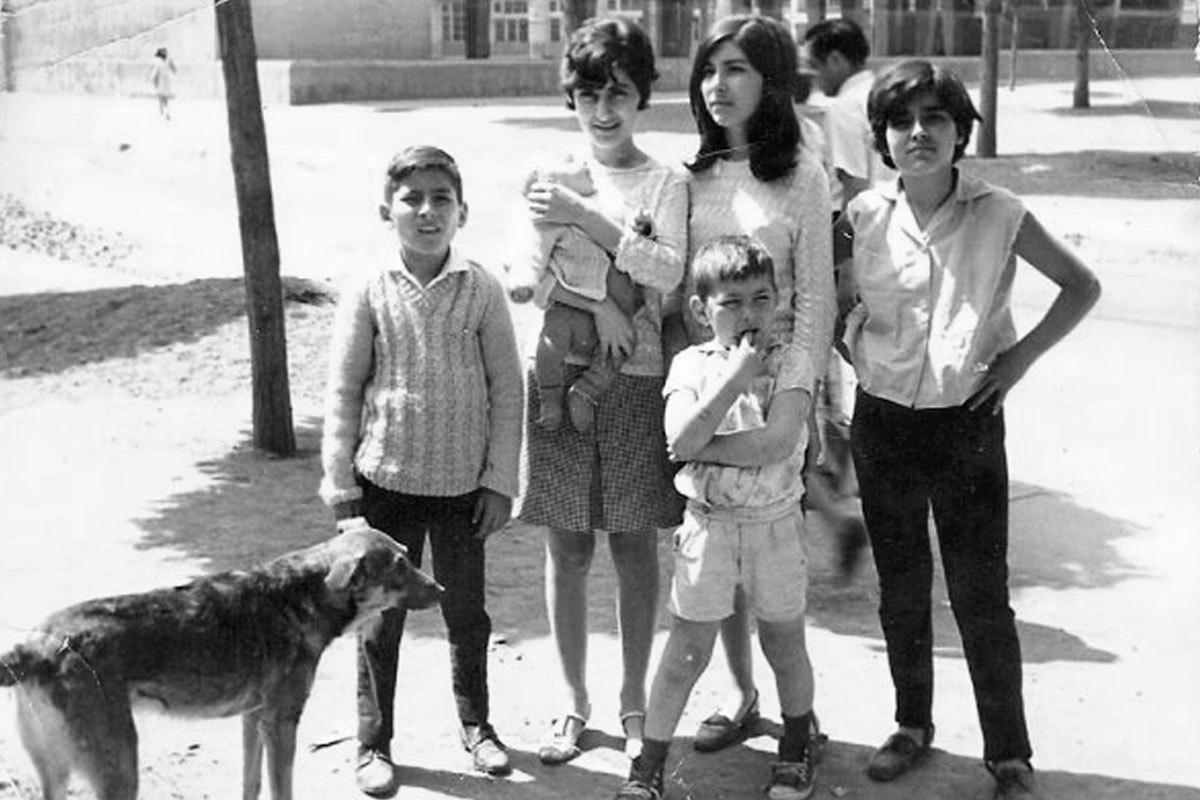 Iván cerca de los 10 años con su perro Cascabel, junto a (de izquierda a derecha), su hermana Irma que tiene en brazos a su hermano menor Daniel, su hermana Patricia abrazando a su hermano menor Germán, y su hermana Ana María.