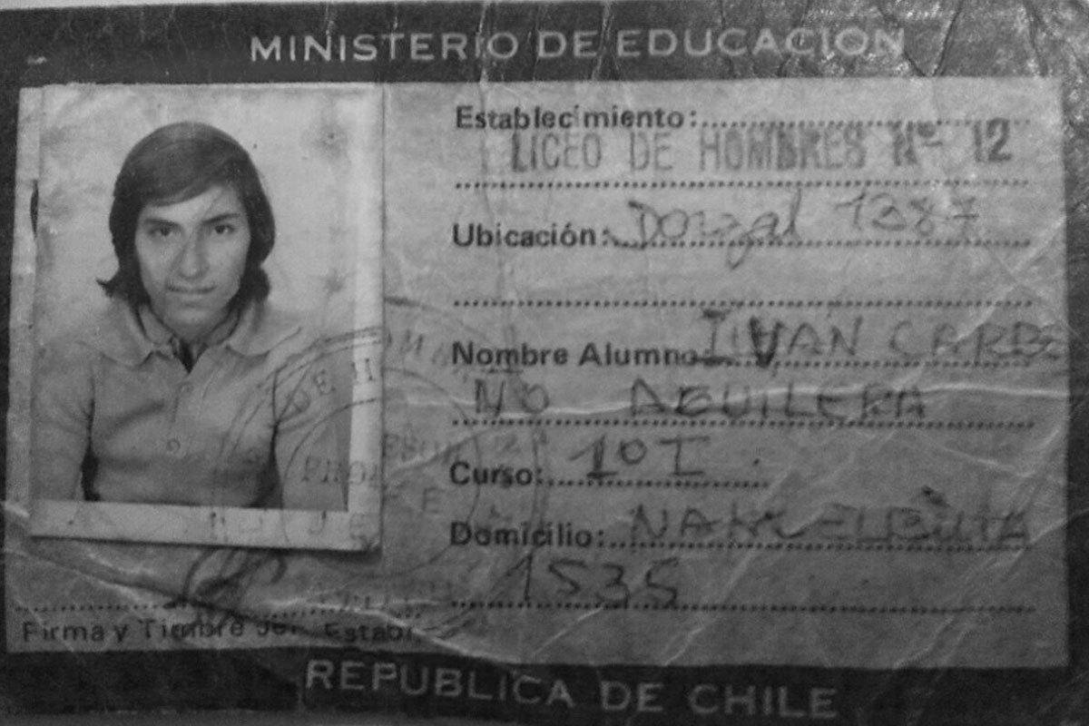 Carnet escolar del liceo 12 de Conchalí. Iván a los 15 años, fotografía tomada en Santiago en 1974.