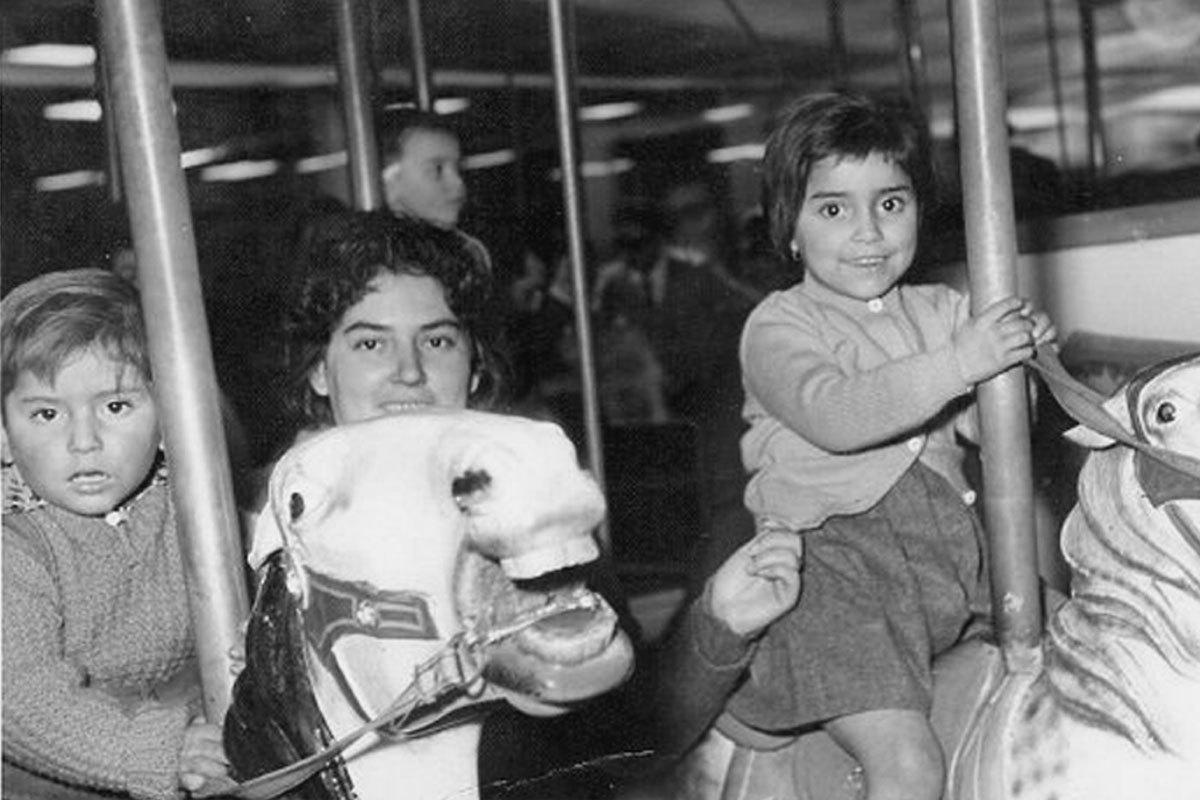 Iván aproximadamente a los 3 años en los juegos Diana, Santiago. Junto a su madre, Ana Concepción y su hermana Ana María.