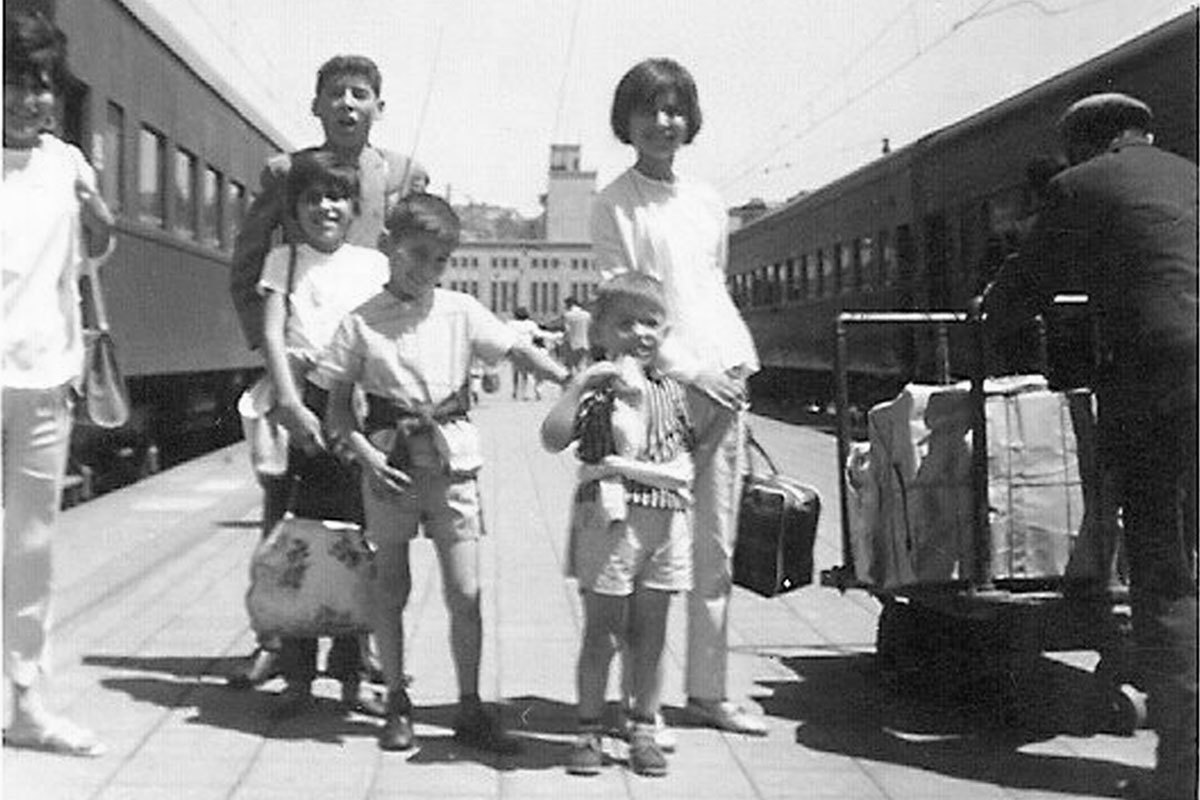 Con sus hermanos bajándose del tren en Valparaíso. De izquierda a derecha, Irma, Leo (arriba), Patricia (arriba) Ana María, Iván y Germán. Aprox. año 1964.