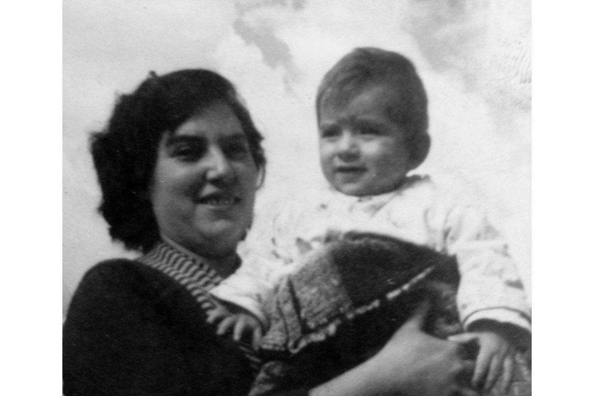 Iván aproximadamente al año de vida, en brazos de su madre, Ana Concepción. En el patio de la casa en Conchalí, cerca de 1960.