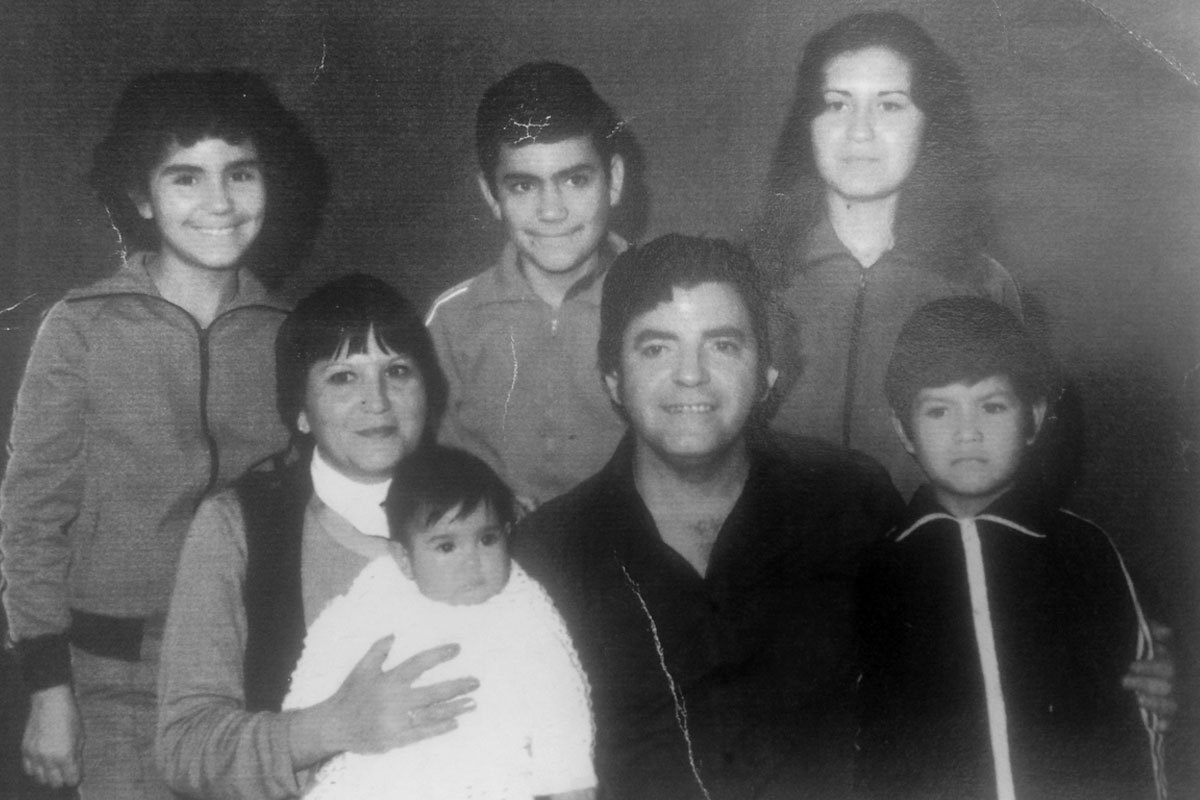 Margarita y su familia. Arriba sus hijos Yorka, Isidro, Myrna. Abajo, Margarita y en sus brazos su hija Benita, su esposo Benedicto, su hijo Víctor. Tomada en un estudio en el centro de Santiago, el año 1982.