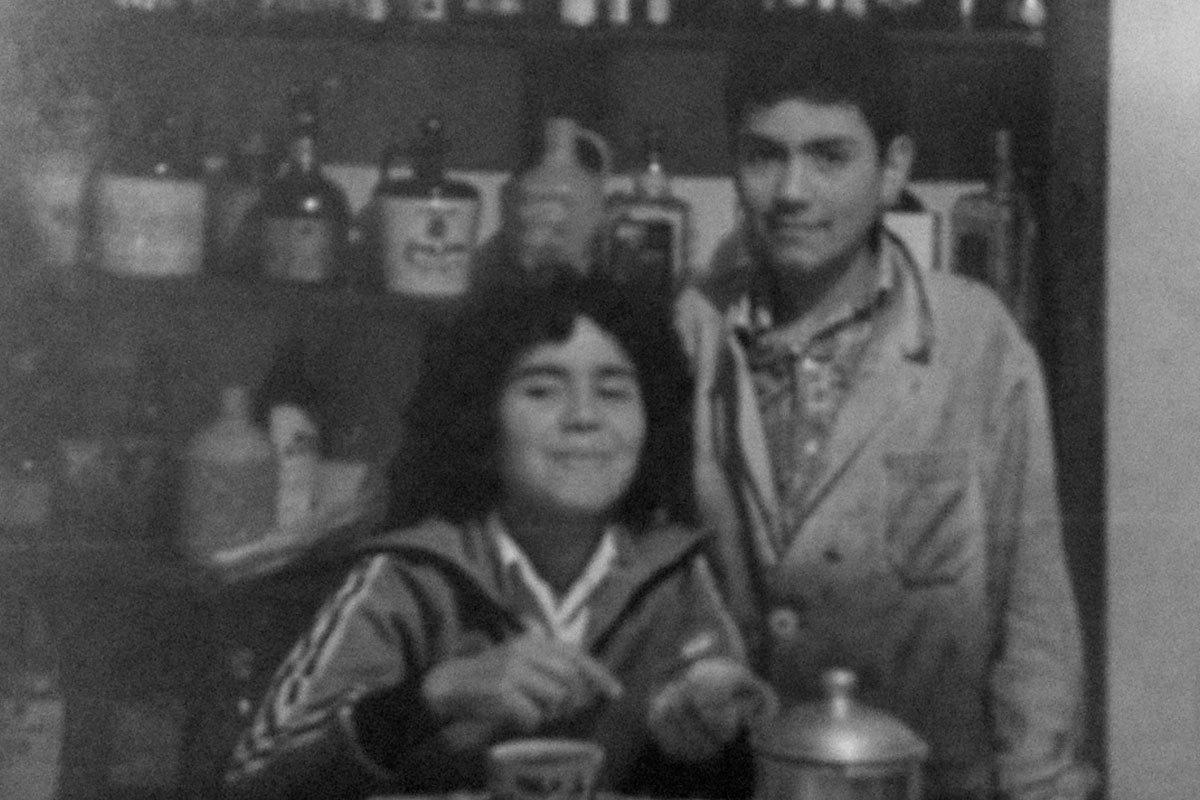 Isidro y su hermana Yorka, en la casa de 5 de Abril. Aproximadamente en 1982, con la cotona que usaba cuando ayudaba en el taller de soldadura de su tío Camilo.