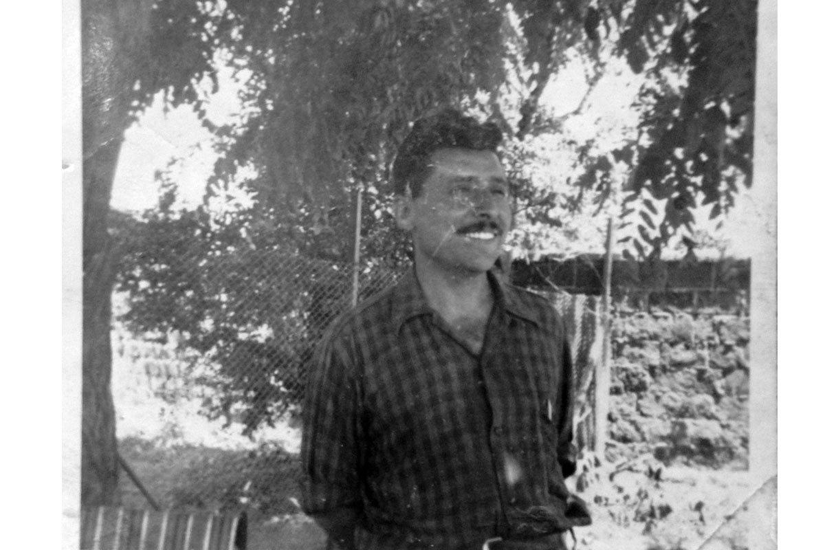 Manuel alrededor de los 40 años en el patio de la casa. Población El Carmen, Santiago.