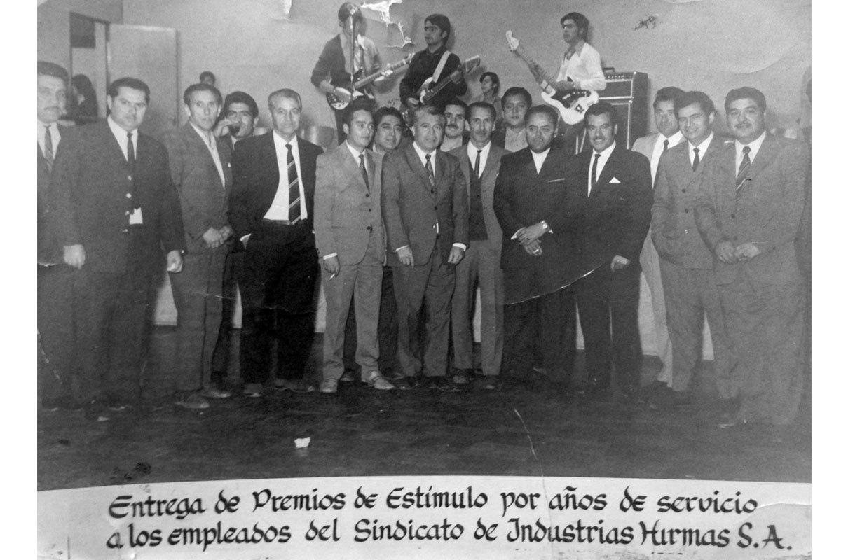 Ceremonia de entrega de premios por años de servicio en Industrias Hirmas. Manuel es el cuarto de derecha a izquierda. Alrededor de 1970.