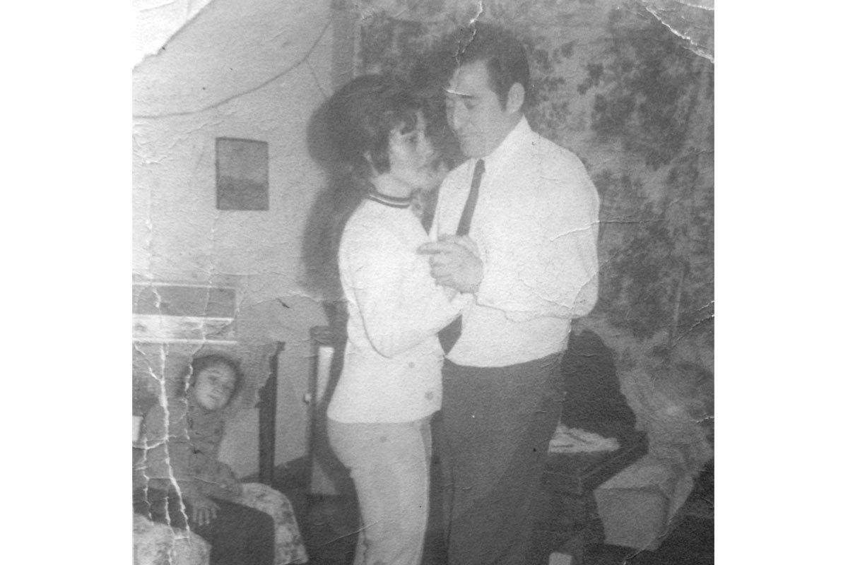 Manuel y su esposa Mireya, bailando tango en una celebración en su casa. Población Hirmas, Santiago, alrededor de 1972.