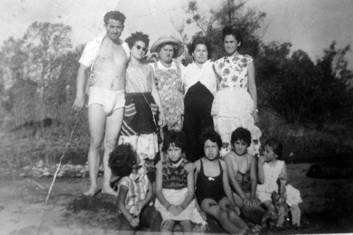 Vacaciones familiares en río Maule, alrededor de 1968. Arriba, de izquierda a derecha: Manuel, su esposa Mireya, y en el extremo derecho su hermana Graciela. Abajo, sobrinas y sobrinos de Manuel.