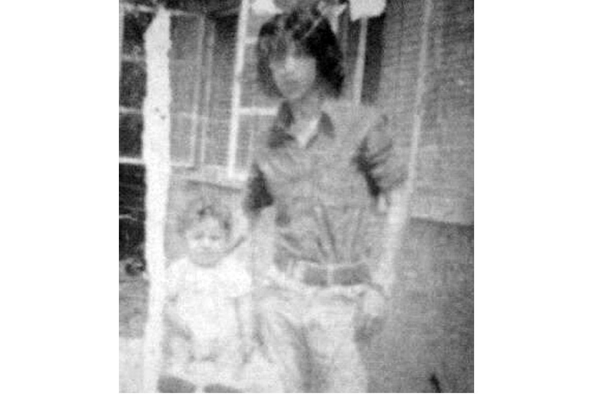 Manuel y su sobrino Marco Antonio, en la casa de sus padres, Macul. Febrero de 1976.