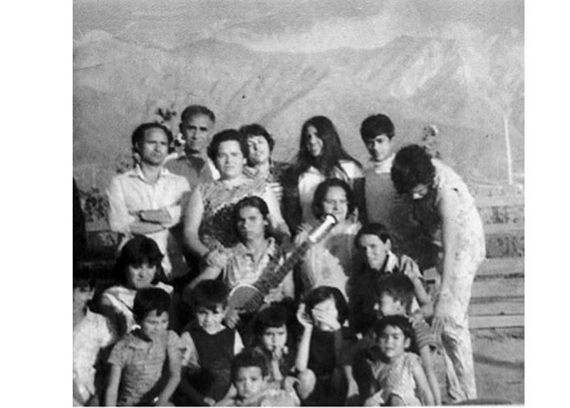 Arturo -el primero a la izquierda, brazos cruzados-, en Peñalolén.