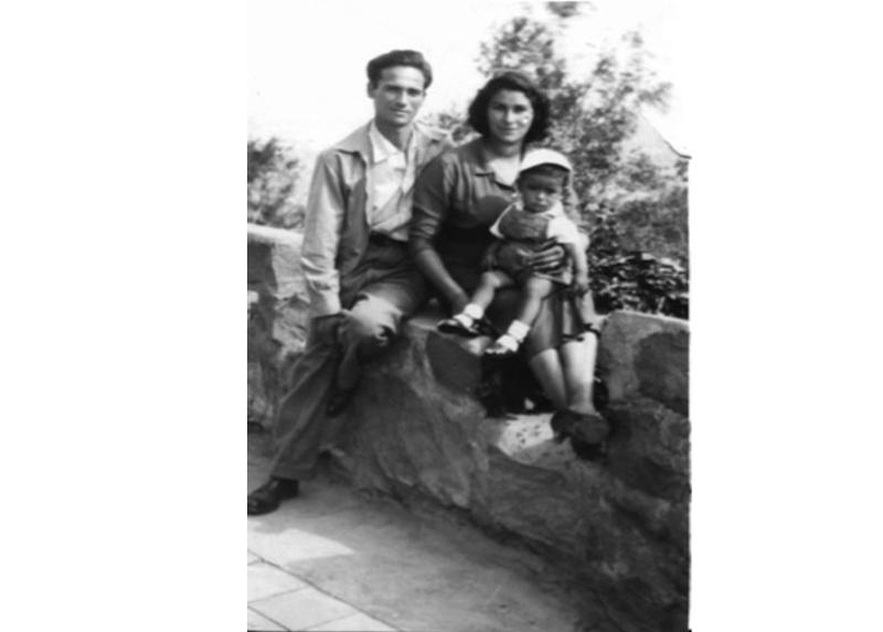 Arturo en familia, junto a su esposa Rosario. 1957.