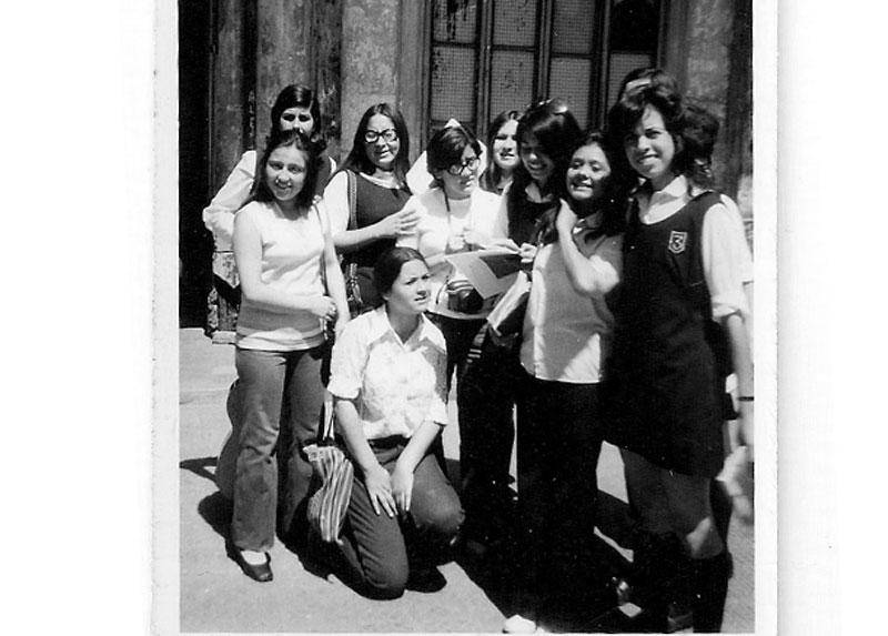 Marisa -apoyada en el suelo- junto a sus compañeras, el día de la elección de Centro de Alumnas. 1971.