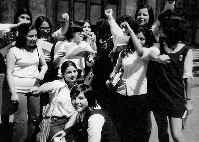 Marisa -segunda fila, apoyada en el suelo-, celebrando junto a sus compañeras cuando ganaron la elección del Centro de Alumnas. 1971.