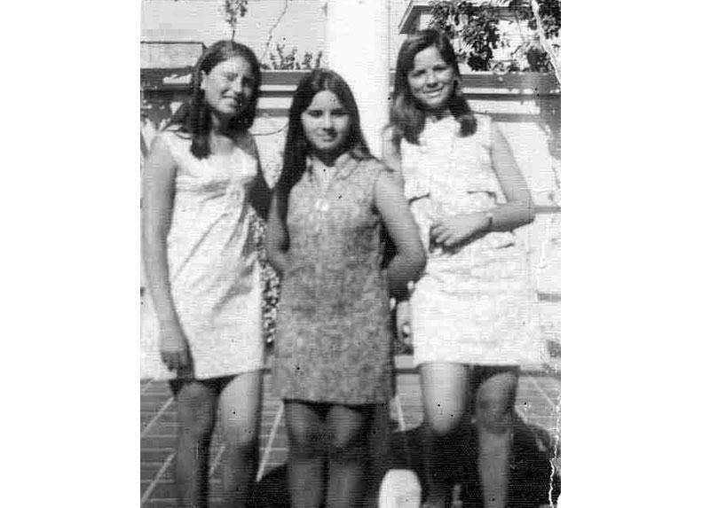 Marisa, al centro de la fotografía, junto a su amiga Queni -a la derecha- y la hermana de Queni.
