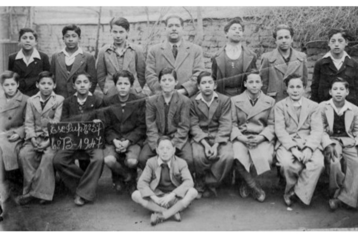 Stalin Arturo junto a su curso, a los 14 años, usaba pantalón corto todavía.
