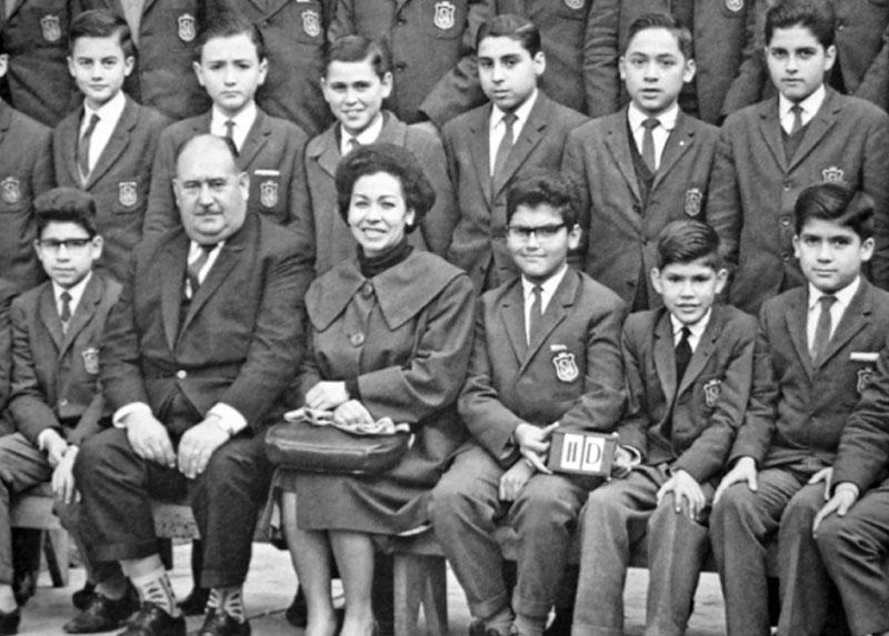 Fernando junto a su curso del Instituto Nacional, sentado al lado de su madre, profesora de esta institución.