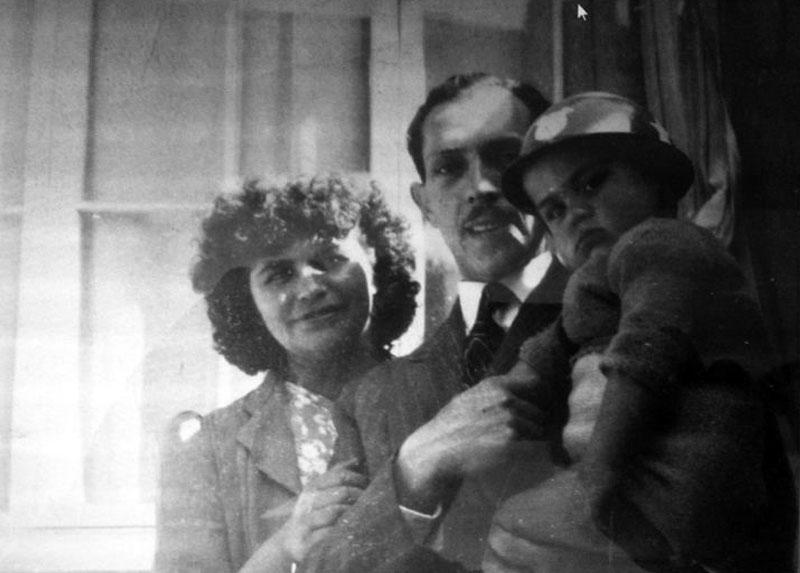 Alfredo, en su niñez, con sus padres.