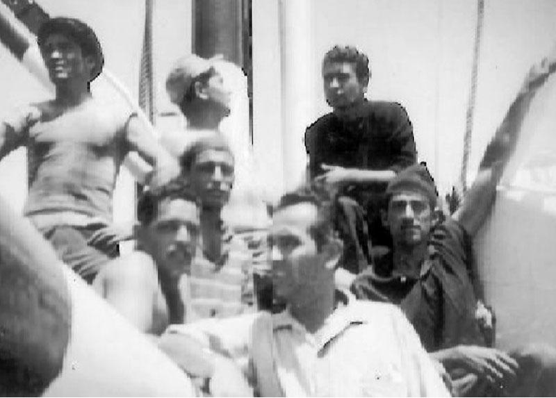 Humberto, el primero de abajo a la izquierda, navegando como marino mercante en Iquique. Década del 60.
