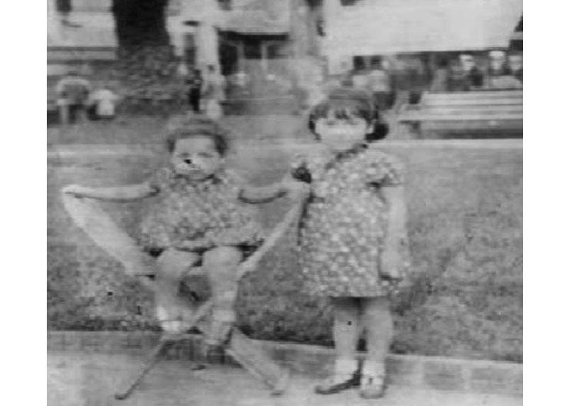 Humberto a la edad de 1 año junto a su hermana Silvia. Valparaíso, 1937.